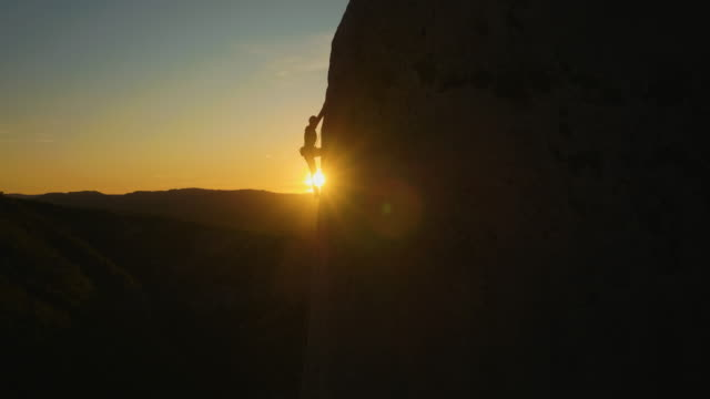 sunset rock climbing - rischio video stock e b–roll