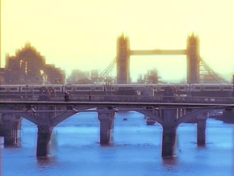 scena tramonto sul fiume tamigi, a londra. ntsc, pal - inghilterra sud orientale video stock e b–roll