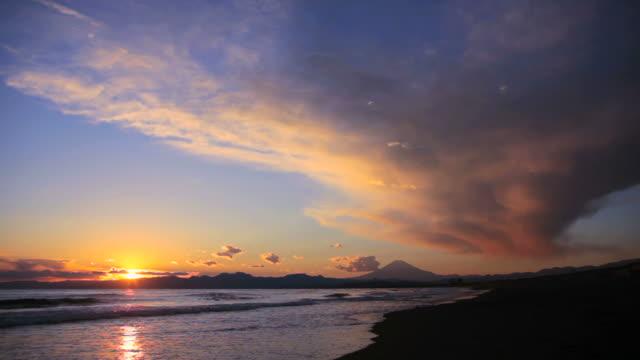 Paisaje de la puesta del sol sobre el mar y el monte fuji en Japón. - vídeo