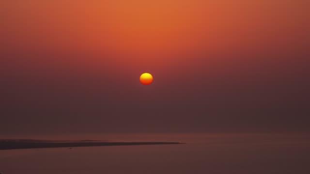 vidéos et rushes de panorama de la ville doha ciel coucher de soleil baie 4 temps k caduc qatar - doha