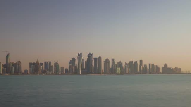 vidéos et rushes de panorama baie du centre de la ville doha ciel coucher de soleil 4 temps k caduc qatar - doha