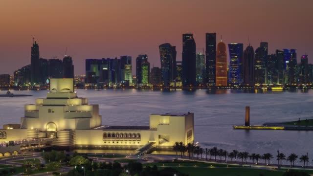 vidéos et rushes de panorama doha ciel coucher de soleil sur le toit baie du centre de la ville 4 temps k caduc qatar - doha
