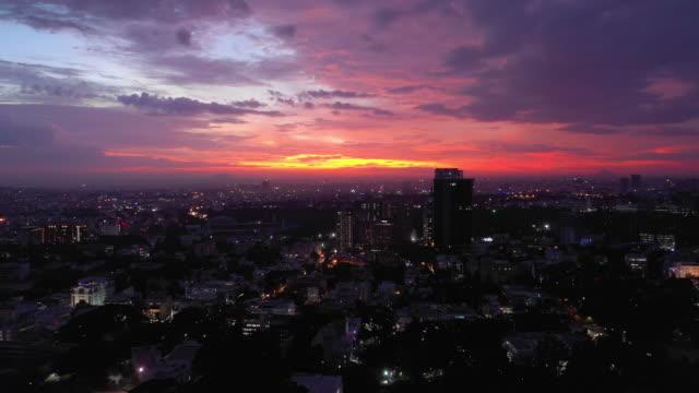 coucher de soleil ciel vol sur Bangalore paysage urbain panorama aérien 4k Inde - Vidéo
