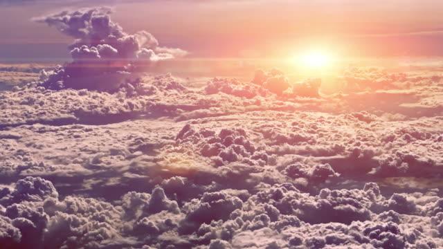 von flugzeug in den sonnenuntergang-himmel - stratosphäre stock-videos und b-roll-filmmaterial