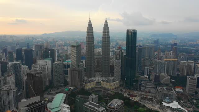 solnedgång himmel kuala lumpur downtown antenn panorama timelapse 4k malaysia - petronas twin towers bildbanksvideor och videomaterial från bakom kulisserna