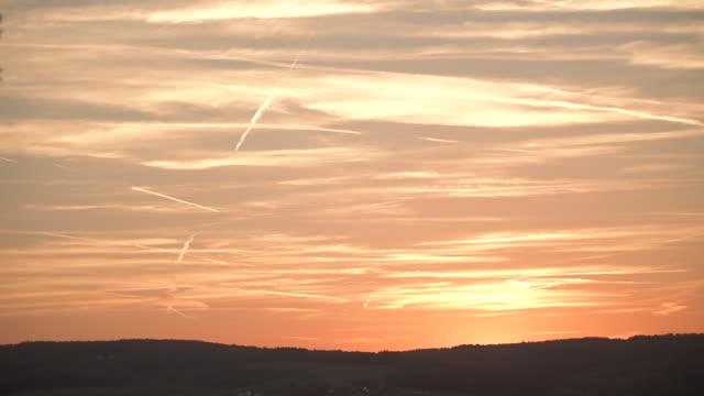 vídeos de stock e filmes b-roll de sunset sky over hills - linha do horizonte sobre terra