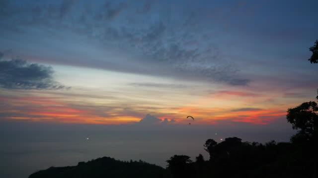 夕焼け空プーケット島の有名なビュー ポイントの海岸線のパノラマ 4 k タイ - デッキ点の映像素材/bロール