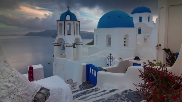 coucher de soleil ciel Santorin île oia ville célèbre toit littoral panorama 4 temps k caduc Grèce - Vidéo
