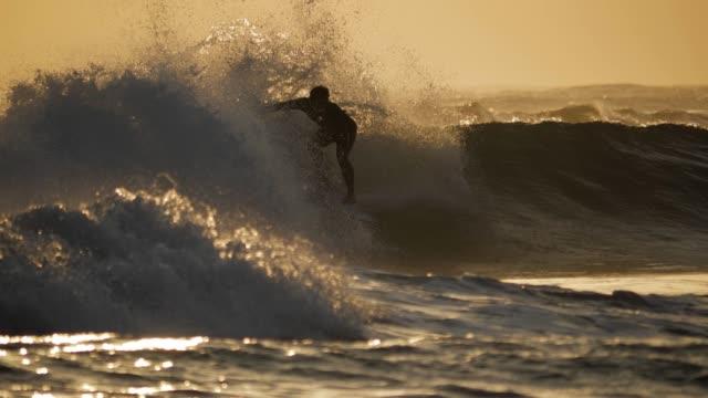 サンセットサーフィン バリインドネシアスローモーション4k - サーフィン点の映像素材/bロール