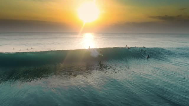 vídeos de stock e filmes b-roll de sunset surfing uluwatu barrel aerial slowmotion 4k - rebentação