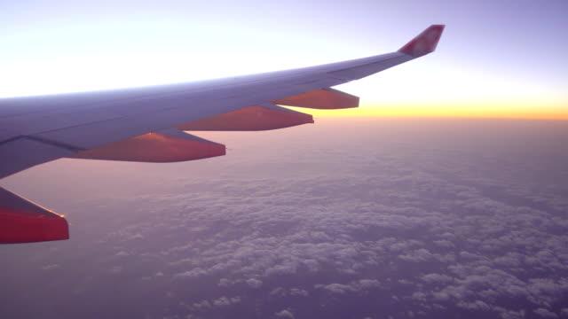 sunset through airplane window - skrzydło samolotu filmów i materiałów b-roll