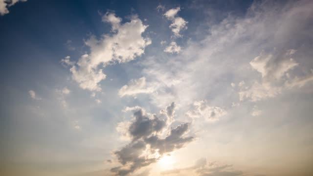 vídeos de stock, filmes e b-roll de pôr do sol de lapso de tempo e nublado, com céu azul - cúmulo