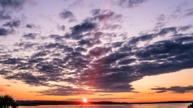 vídeos de stock, filmes e b-roll de por do sol lapso de tempo bela noite paisagem vídeo loop - largo descrição geral