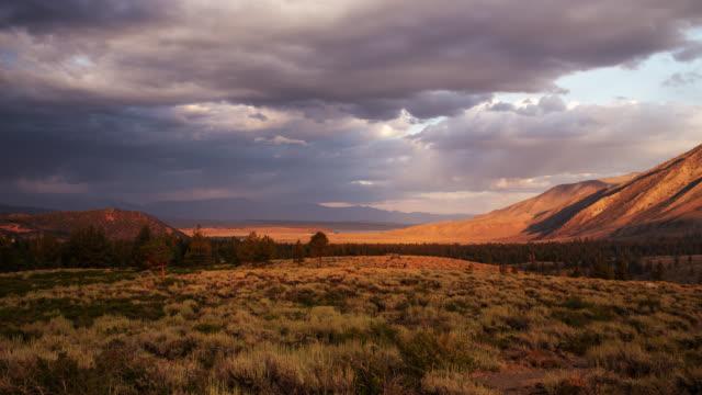 sunset time lapse owens valley - дикая местность стоковые видео и кадры b-roll