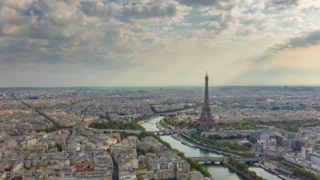 ora del tramonto parigi centro città senna fiume eiffel torre aerea panorama aereo timelapse panorama 4k francia - parigi video stock e b–roll