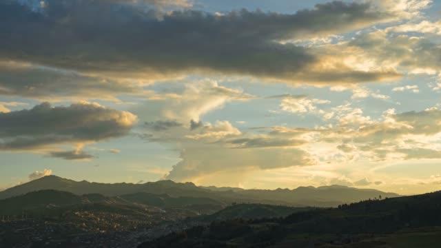 Timelapse del atardecer sobre la ciudad del Cusco - vídeo