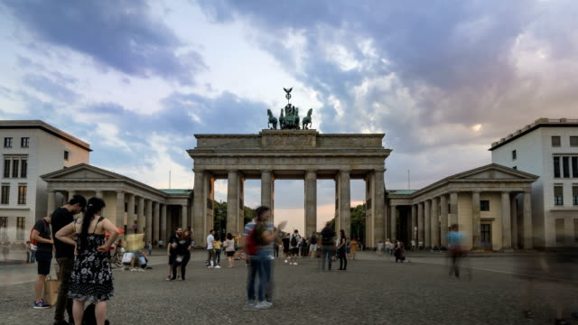 sonnenuntergang zeitraffer: berliner stadtbild am brandenburger tor - berlin brandenburger tor blurred stock-videos und b-roll-filmmaterial