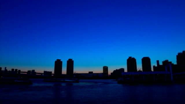 sunset timelapse nära rainbow bridge på odaiba tokyo - odaiba kaihin koen bildbanksvideor och videomaterial från bakom kulisserna