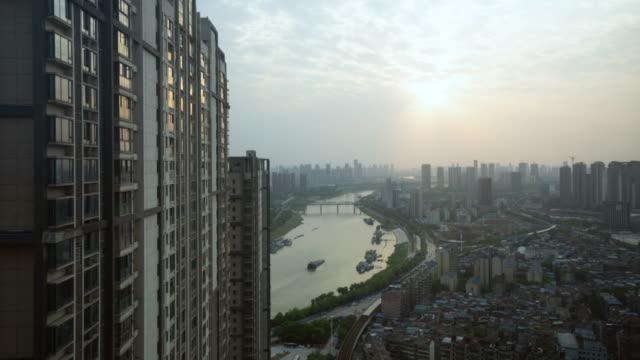 vídeos y material grabado en eventos de stock de sunset timelapse sobre el río han en wuhan hubei china con reflejo del sol en la construcción de ventanas - wuhan
