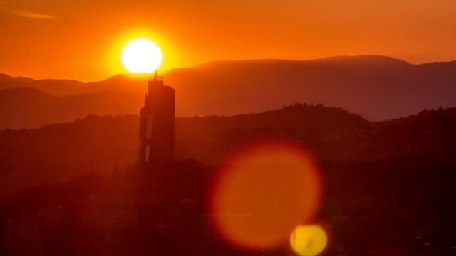 サラエボタイムラプスで最も人気のあるパノラマスポットからサラエボの夕日ビュー - ボスニア・ヘルツェゴビナ点の映像素材/bロール
