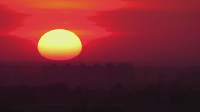 街のスカイラインの夕日の眺め ビデオ