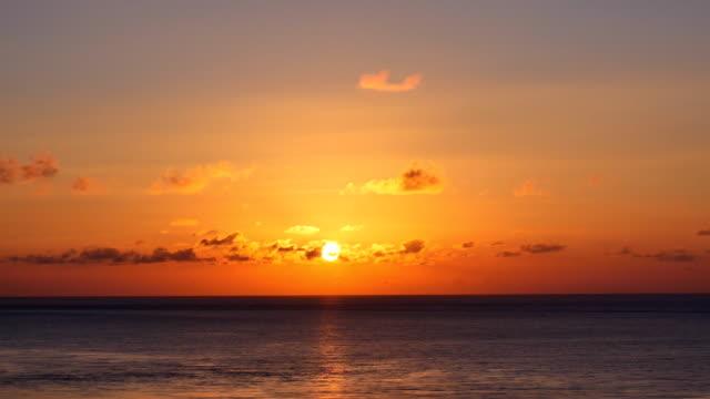 vídeos de stock e filmes b-roll de sunset view with sea - linha do horizonte sobre água