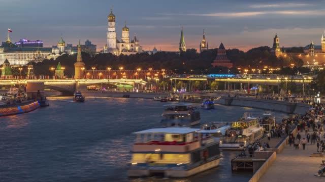 solnedgång, utsikt över staden och förflyttning av fritidsbåtar på moskvafloden, tidsfördröjning - kreml bildbanksvideor och videomaterial från bakom kulisserna