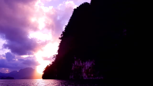 山と海の背景の夕日 ビデオ