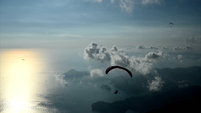 tramonto con parapendio - fethiye video stock e b–roll