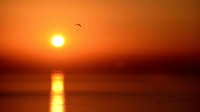 sunset with paragliding - golden ratio 個影片檔及 b 捲影像