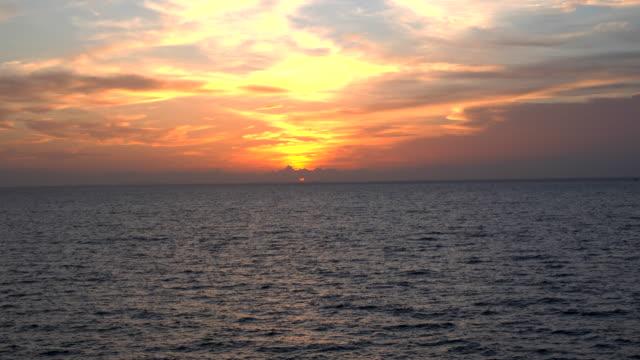 vídeos de stock e filmes b-roll de sunset with sea ocean - linha do horizonte sobre água