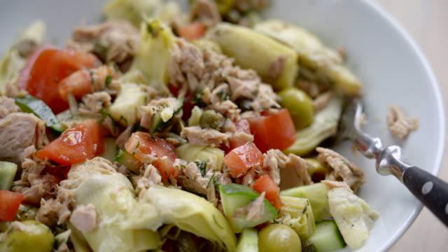 vídeos de stock, filmes e b-roll de salada de atum mediterrâneo super saudável - dieta paleo