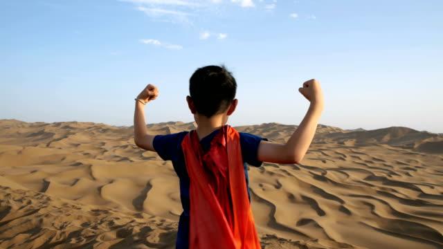 superheld steht in der wüste - konzepte und themen stock-videos und b-roll-filmmaterial