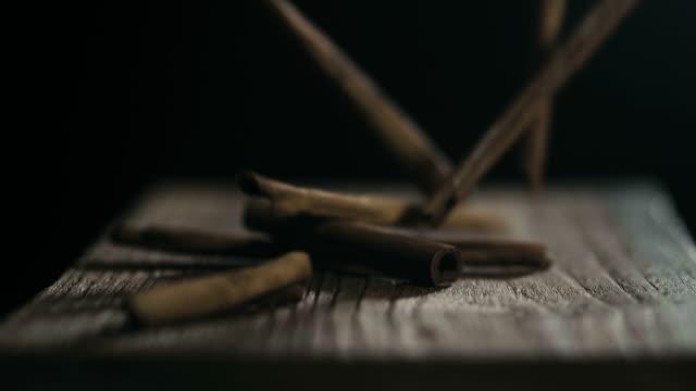 スローモーション: シナモン スティック黒に落ちる - 芳香点の映像素材/bロール