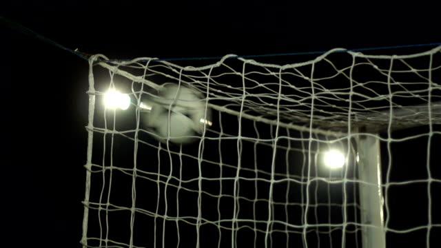 vídeos de stock e filmes b-roll de super câmara lenta, futebol golo marcado em rede - marcar golo