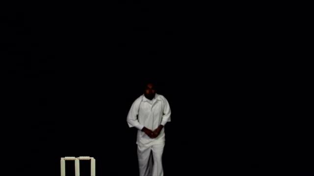 vídeos y material grabado en eventos de stock de super cámara lenta hd-lanzador de críquet con bola de bolos - críquet