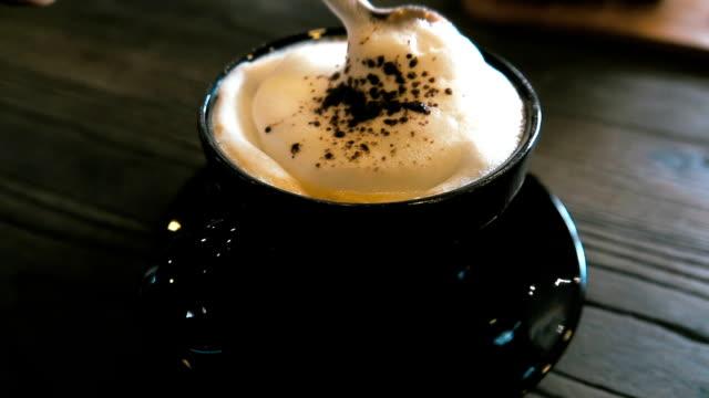 vídeos de stock e filmes b-roll de super slow motion hd: mixing coffee - bebida com espuma