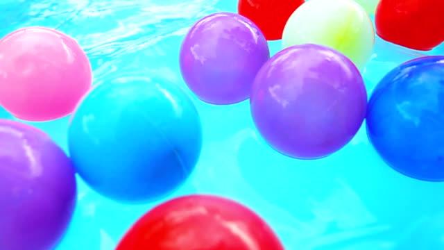 vídeos de stock e filmes b-roll de super slow motion hd:colorful balls in the pool. - brinquedos na piscina