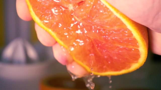 super-slow-motion-push-grapefruit-saft - orange stock-videos und b-roll-filmmaterial