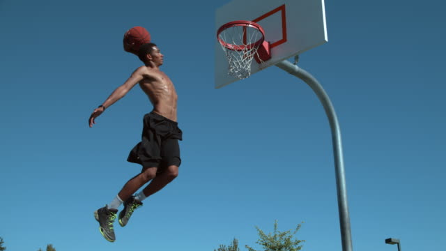 stockvideo's en b-roll-footage met super slow-motion shot van basketbal basketbal slam dunk - basketbal teamsport