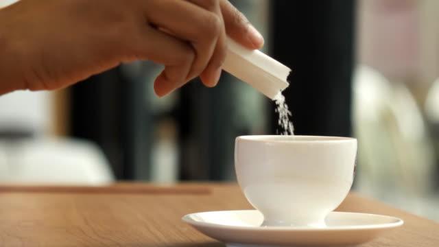 hd super slow motion gießen zucker im kaffee - zucker stock-videos und b-roll-filmmaterial