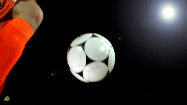 スーパースローモーション、バレーボール、サッカーボールサッカーの下の照明 - サッカークラブ点の映像素材/bロール