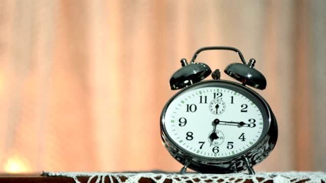 hd 슈퍼 재생속도-mo: 알람 시계 폭발음 - 10초 이상 스톡 비디오 및 b-롤 화면
