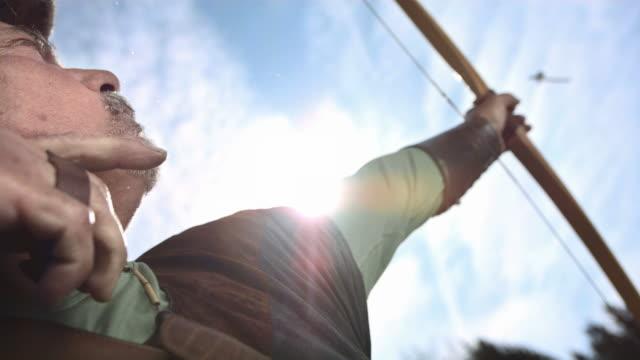 vidéos et rushes de hd super slow-motion: archer tir up in the air - tir à l'arc