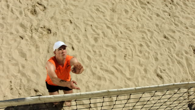 super zeitlupe, hd: beach-volleyball-spieler mit aktion - volleyball stock-videos und b-roll-filmmaterial
