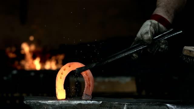 hd super slow-motion: fabbro ferraio con finitura a ferro di cavallo - pinze attrezzo manuale video stock e b–roll