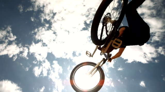 vidéos et rushes de hd super slow-motion: bmx stunt rider performing queue fouet - sports extrêmes