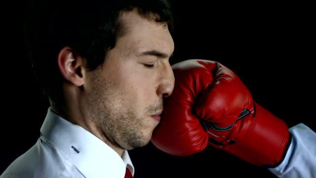 vídeos de stock e filmes b-roll de hd super em câmara lenta: empresário obtém knockout - dar murros