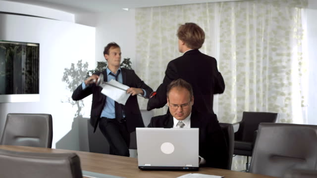 hd 슈퍼 재생속도-mo: 사업가 jostling 사무실 - 짜증 스톡 비디오 및 b-롤 화면