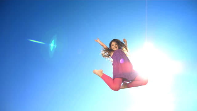 hd super slow-motion: allegra ragazza saltando in aria - saltare video stock e b–roll